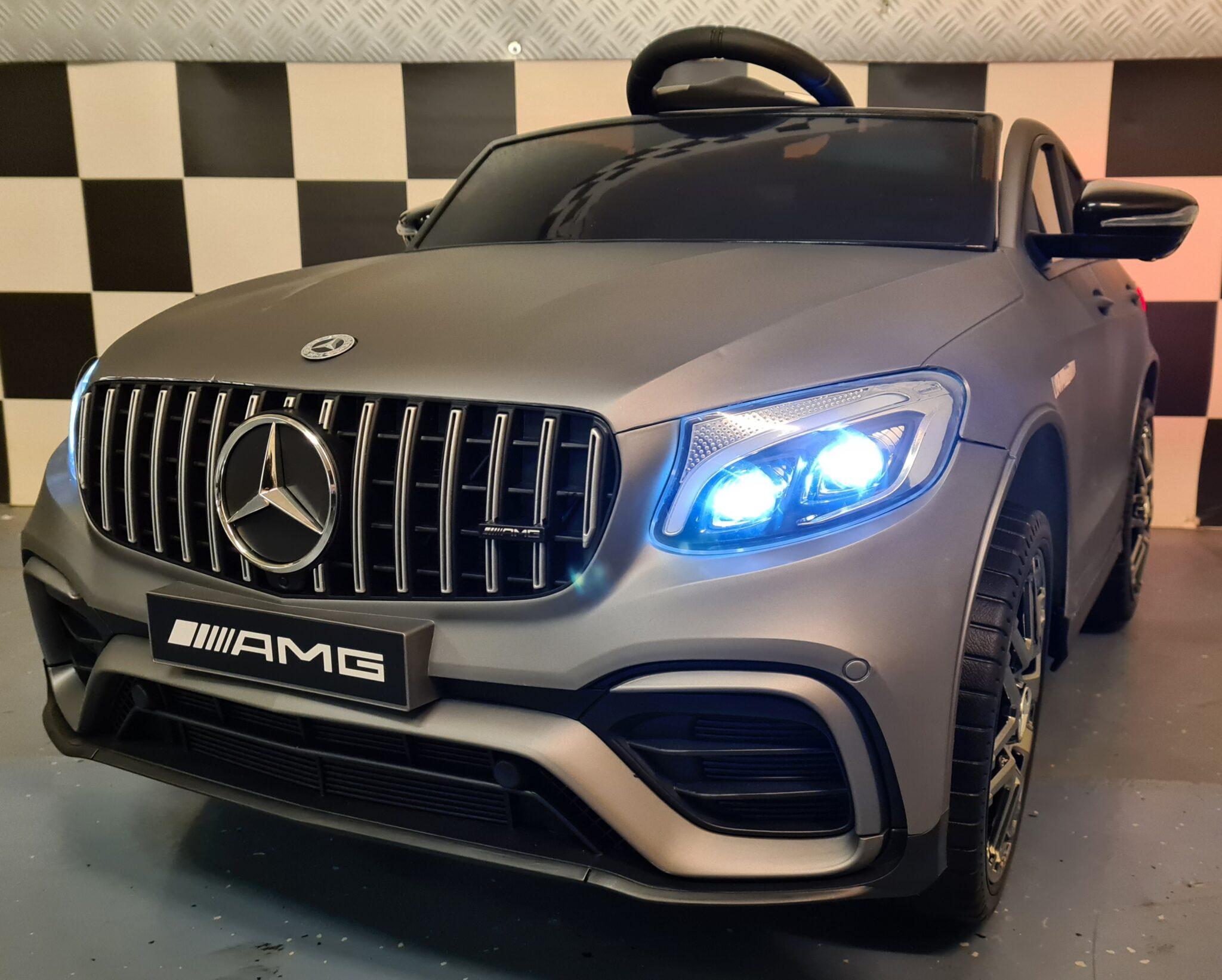 Elektrische kinderauto Mercedes AMG GLC met MP4 mat grijs