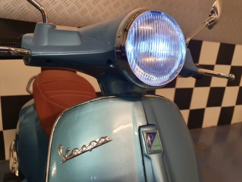 vespa scooter kind blauw