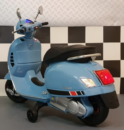 Blauwe Vespa elektrische kinderscooter 12 volt