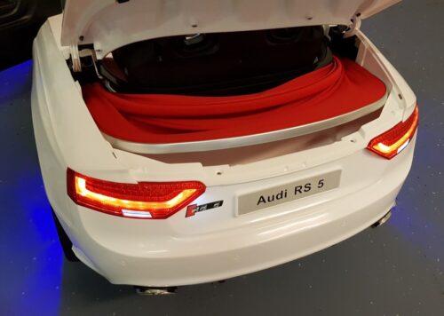Kofferbak Audi RS5 witte kinderauto